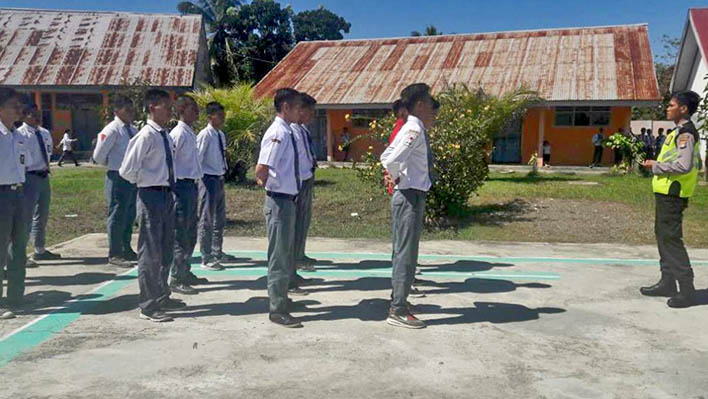 Bhabinkamtibmas Beri Pembinaan pada Calon Paskibra SMA 1 Bambalomutu