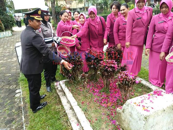 Hari Bhayangkara ke 72, Wakapolres Lakukan Ziarah dan Tabur Bunga di TMP Mamasa