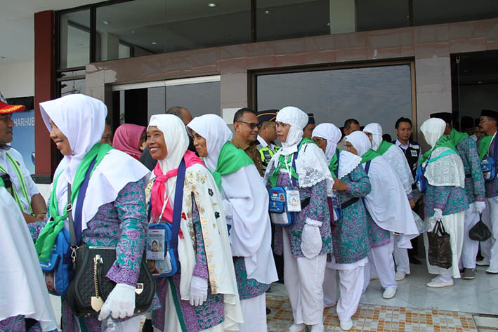 Bupati Mamuju Antar Jemaah Calon Haji Sampai Bandara Tampa Padang