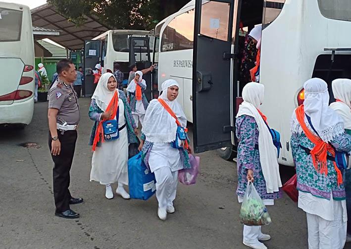 Tempuh Perjalanan 12 Jam, JCH Mamasa Istirahat di Mesjid Raya Maros