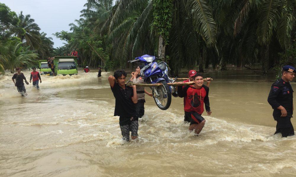 Desa Lariang Diterjang Banjir, 800 KK Terendam, Jalan Trans Sulawesi Lumpuh