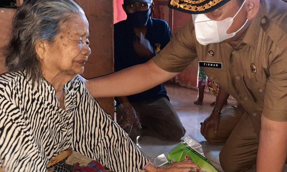 Tangis Haru Nenek Kurniadi Dikunjungi Sekkab Pasangkayu