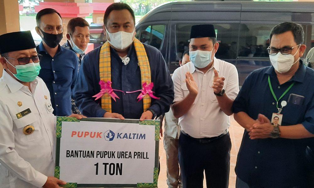 Wakil Ketua DPR RI Serahkan Bantuan Satu Ton Pupuk Urea ke Bupati Pasangkayu