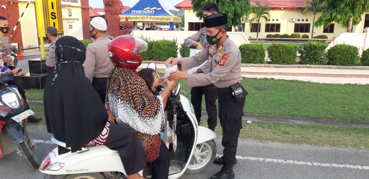 Sat Sabhara Polres Pasangkayu Berbagi Takjil Kepengendara