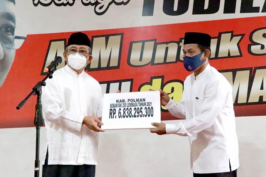 Gubernur Sulbar Serahkan Bantuan Hibah Rp. 6,8 Miliar