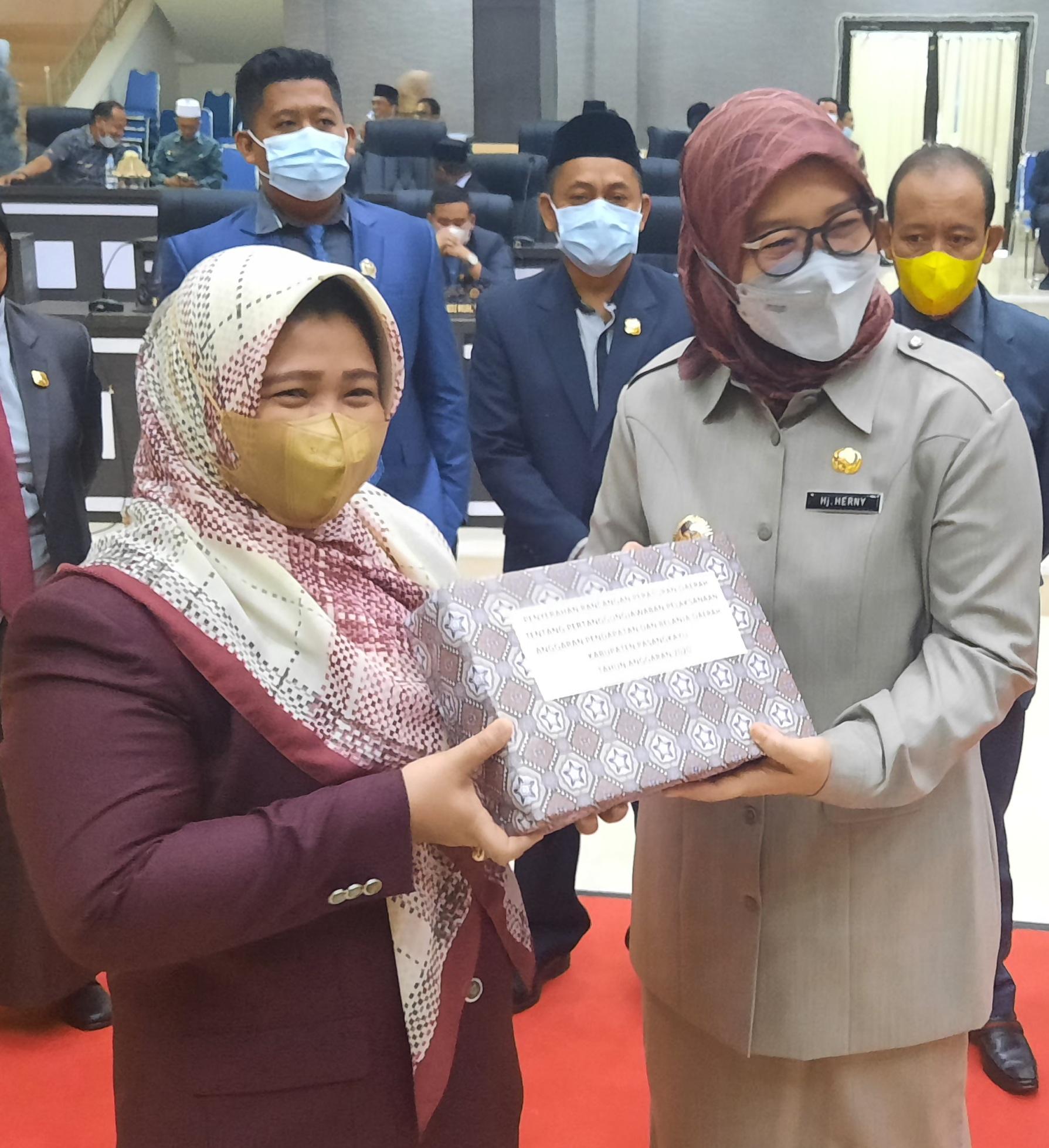 Pemkab Serahkan Ranperda LPJ APBD 2020 ke DPRD