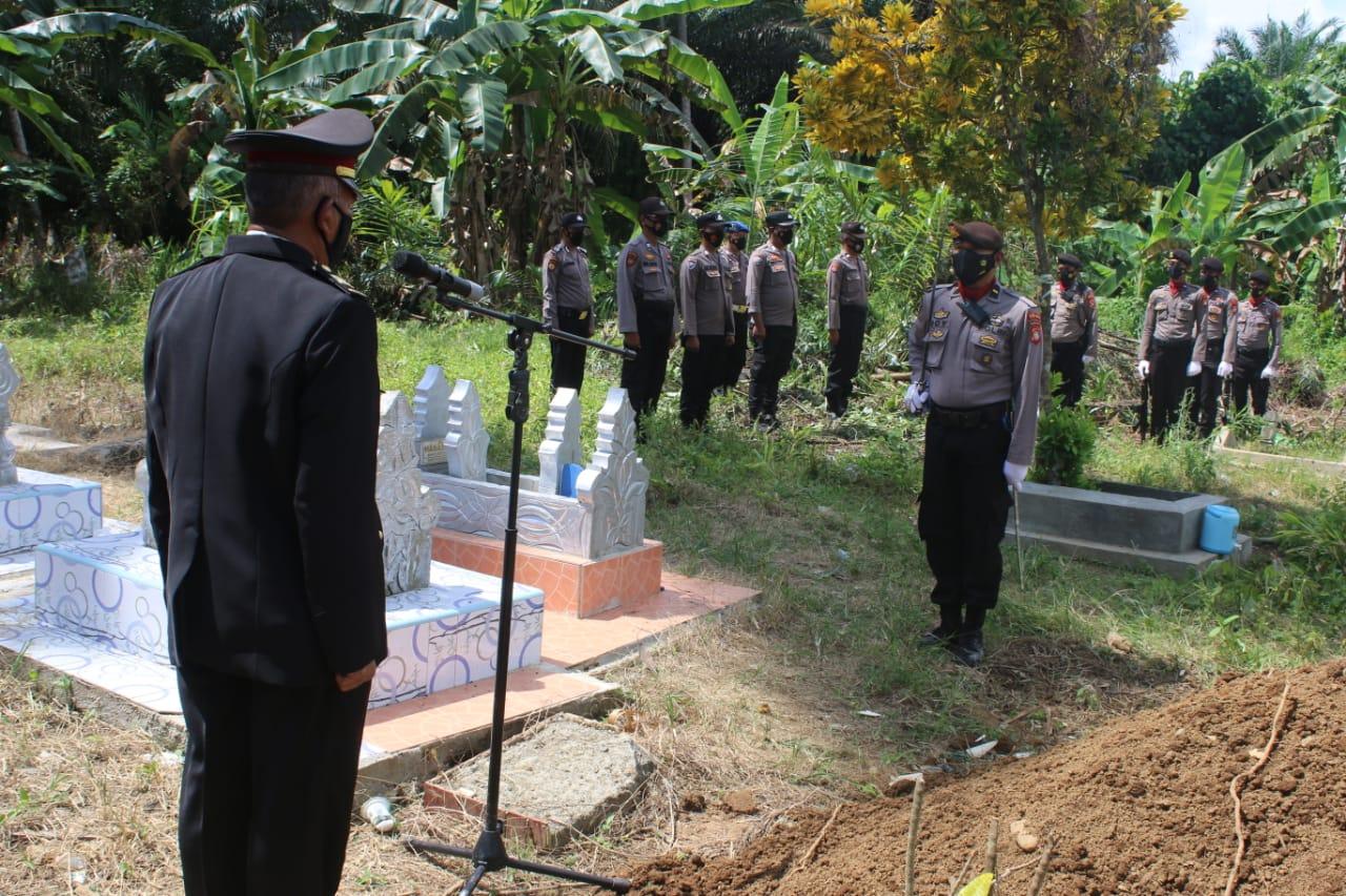 Kabag SDM Polres Pasangkayu Pimpin Pemakaman Briptu Halpi.