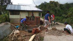 Bersama Warga, Satgas TMMD-112 Bangun MCK Dan Penampungan Air Bersih